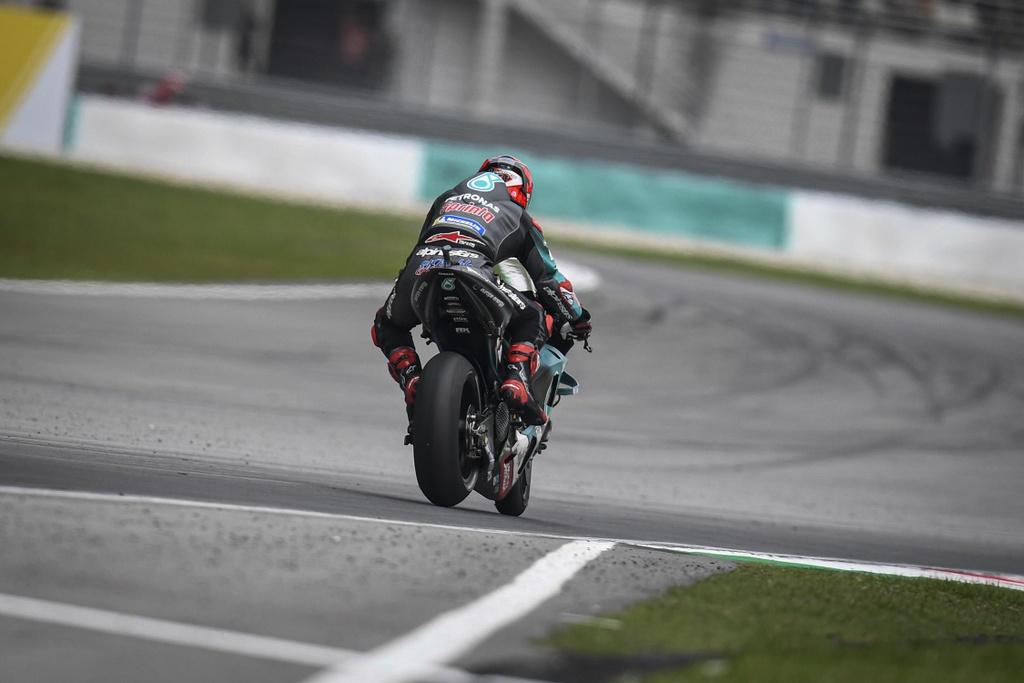 MotoGP chang 18 - Maverick Vinales danh bai Marc Marquez hinh anh 4