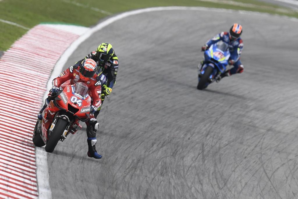 MotoGP chang 18 - Maverick Vinales danh bai Marc Marquez hinh anh 7
