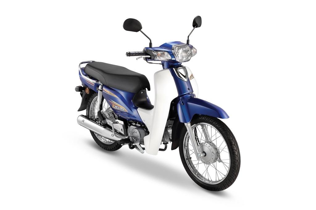 Honda EX5 2020 có sự thay đổi ở các họa tiết trang trí dọc thân xe, ở giữa phía trước nổi bật với tấm ốp màu kim loại cùng logo Honda. Có thể thấy EX5 thế hệ mới vẫn giữ được kiểu dáng vốn có của mình trong suốt những năm qua.