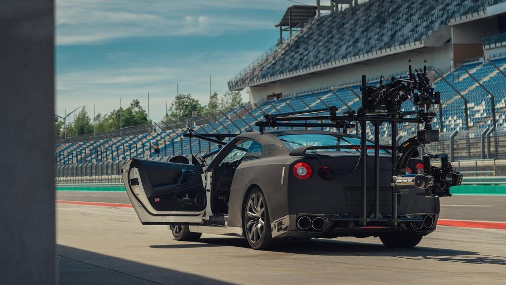 Chiec Nissan GT-R dung lam xe quay phim, nhanh hon ca xe dua hinh anh 4 4_GTRcamera.jpg