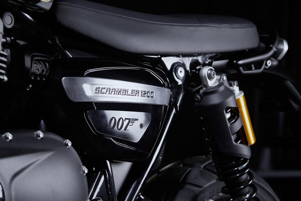 Triumph Scrambler 1200 Bond ra mat, linh hon 'diep vien 007' hinh anh 3 2020_triumph_scrambler_1200_bond_edition_price_specs_no_time_to_die_5.jpg