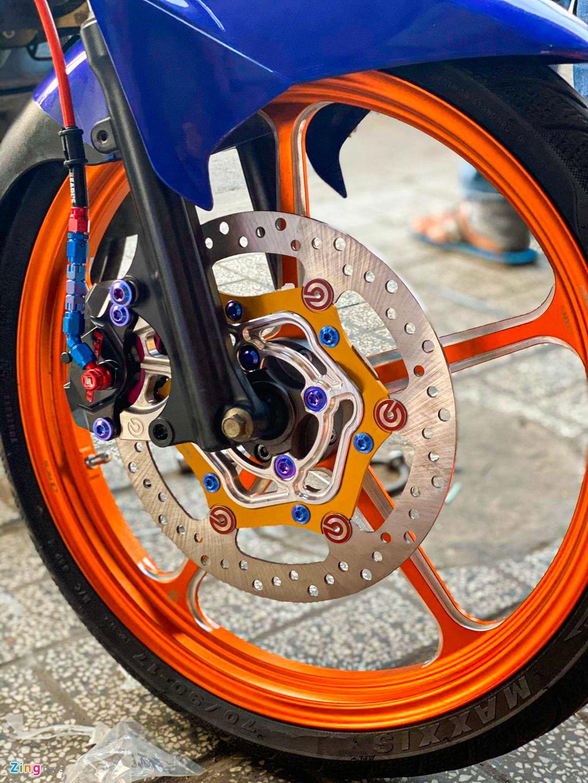 Dàn chân trước nổi bật nhờ bộ mâm 5 chấu màu cam xen lẫn các đường viền màu kim loại. Dàn phanh trước dùng kẹp phanh Frando kết hợp cùng đĩa phanh Brembo, tổng giá trị dàn phanh trước khoảng 13 triệu đồng.