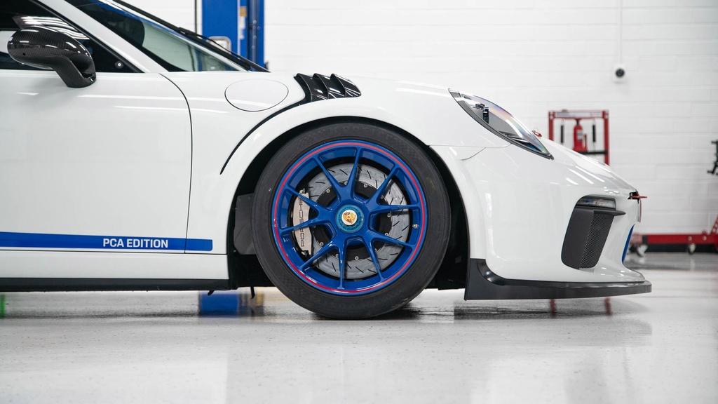 Dau gia Porsche 911 GT3 phien ban xe dua,  re hon Porsche 911 moi o VN anh 3