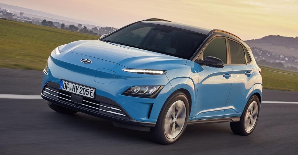 Hyundai vừa ra mắt mẫu xe điện Kona Electric phiên bản mới. So với phiên bản cũ, Kona Electric đời 2021 trông mềm mại và trung tính hơn. Hyundai cung cấp cho Kona Electric mới 2 phiên bản động cơ.