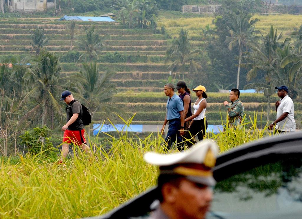 Ong Obama dao choi tren dong lua o 'que huong' Indonesia hinh anh 1