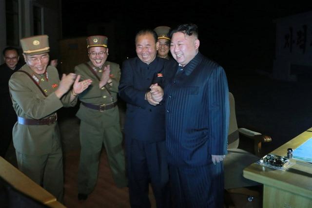 Kim Jong Un 'thu lua' lien tiep: Tang 'do' tren ban dam phan? hinh anh 2