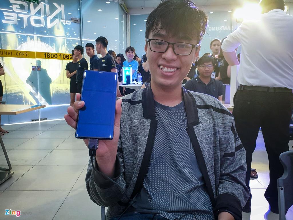 Nguoi dung xep hang 15 gio ngoai troi de mua duoc Samsung Galaxy Note9 hinh anh 15