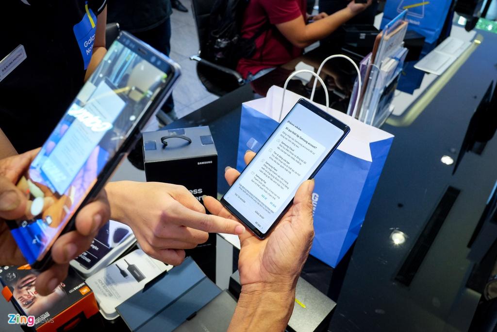 Nguoi dung xep hang 15 gio ngoai troi de mua duoc Samsung Galaxy Note9 hinh anh 10