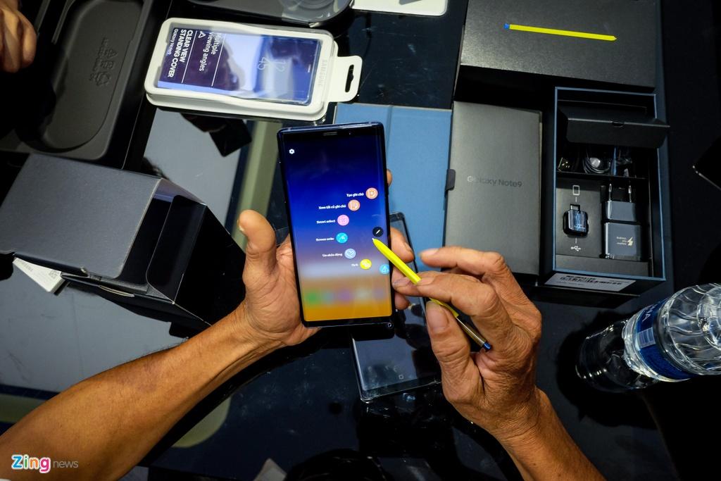Nguoi dung xep hang 15 gio ngoai troi de mua duoc Samsung Galaxy Note9 hinh anh 11