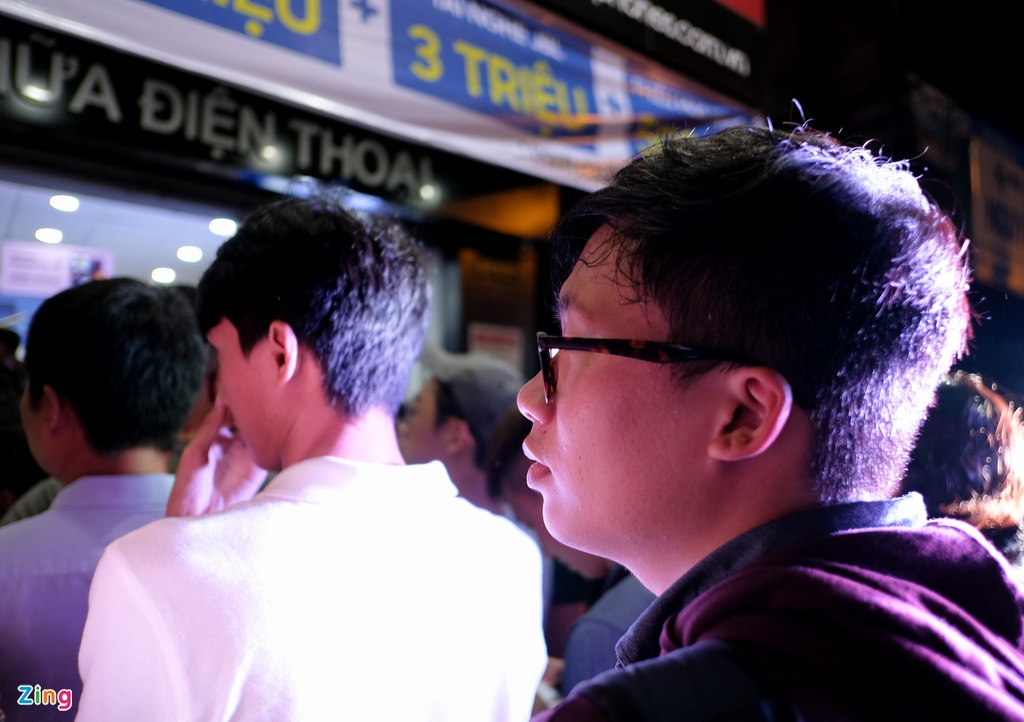 Hang tram nguoi xep hang cho mua Galaxy Note9 luc nua dem hinh anh 3