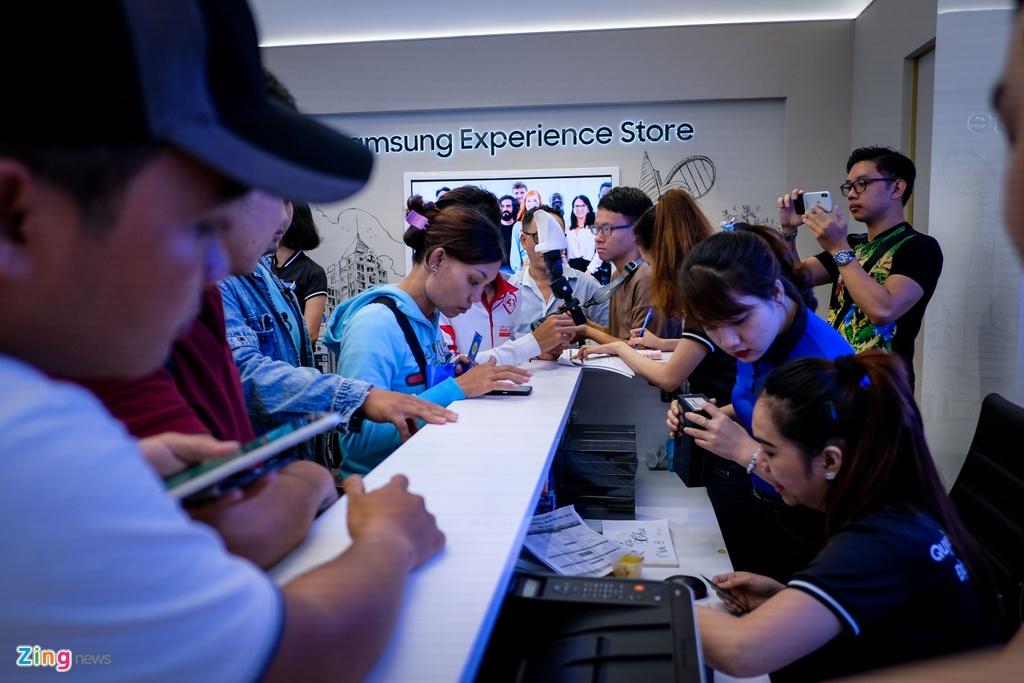 Nguoi dung xep hang 15 gio ngoai troi de mua duoc Samsung Galaxy Note9 hinh anh 7