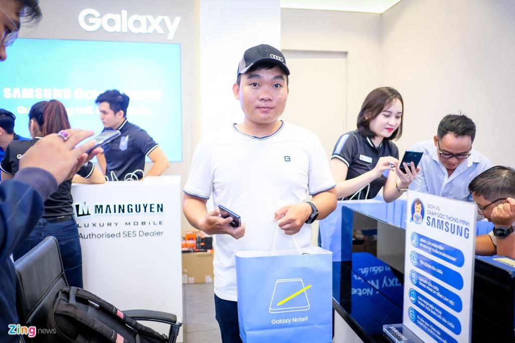 Nguoi dung xep hang 15 gio ngoai troi de mua duoc Samsung Galaxy Note9 hinh anh 13
