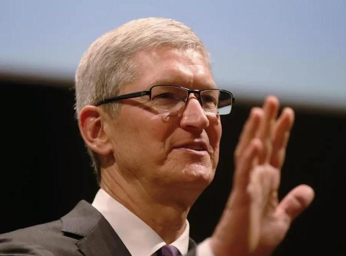 """""""Không quan trọng bạn mua bao nhiêu thứ, quan trọng là tổng giá trị những món hàng bạn mua là bao nhiêu"""", Tim Cook, CEO Apple. Ảnh: Boston Globe."""