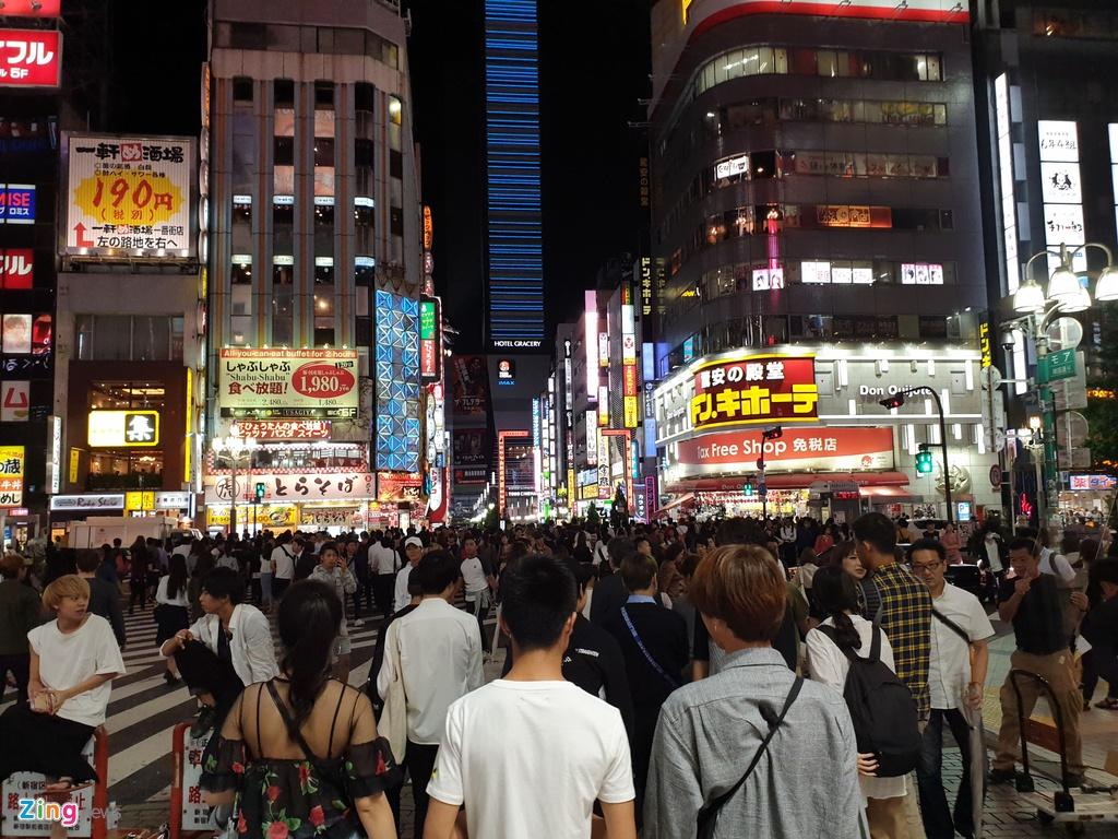 Những giao lộ đông người và toa tàu điện là địa điểm ưa thích của các Cyber Flashing.