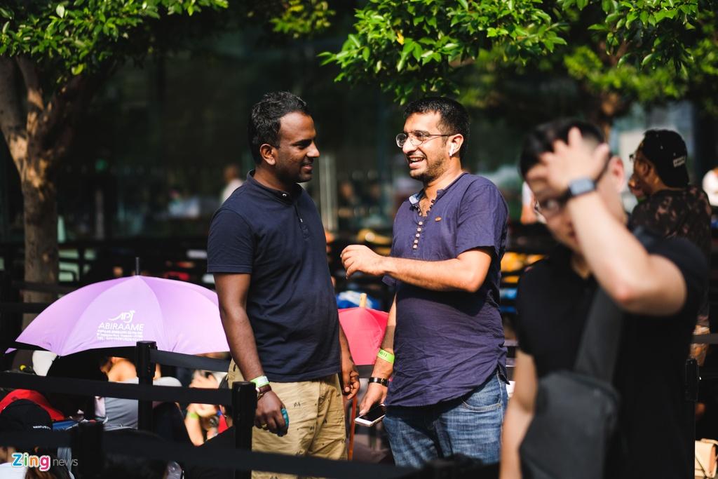 Nhieu nguoi VN doi nang, an ngu va vat cho mua iPhone moi o Singapore hinh anh 11
