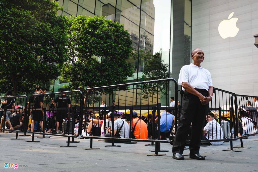 Người Việt đội nắng, ăn ngủ vạ vật chờ mua iPhone mới ở Singapore