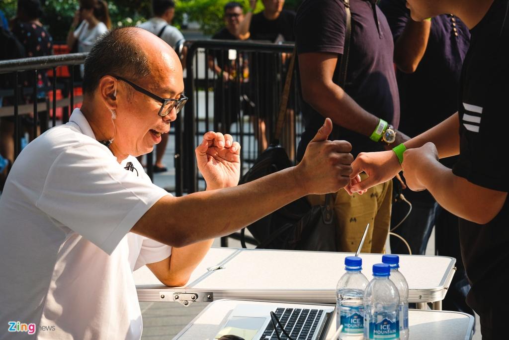 Nhieu nguoi VN doi nang, an ngu va vat cho mua iPhone moi o Singapore hinh anh 12