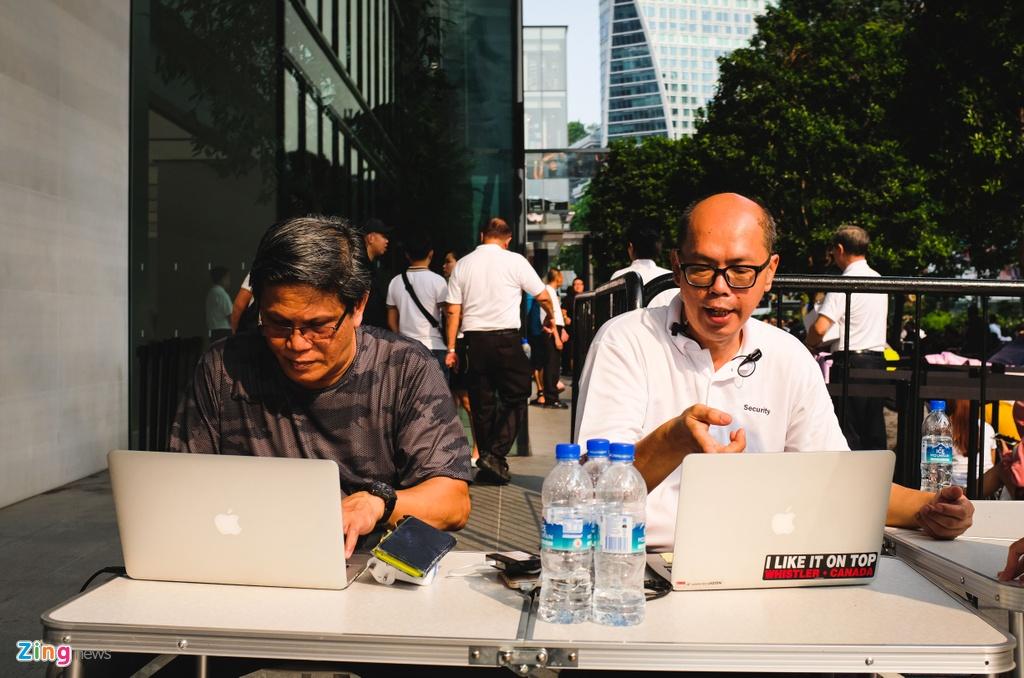 Nhieu nguoi VN doi nang, an ngu va vat cho mua iPhone moi o Singapore hinh anh 8