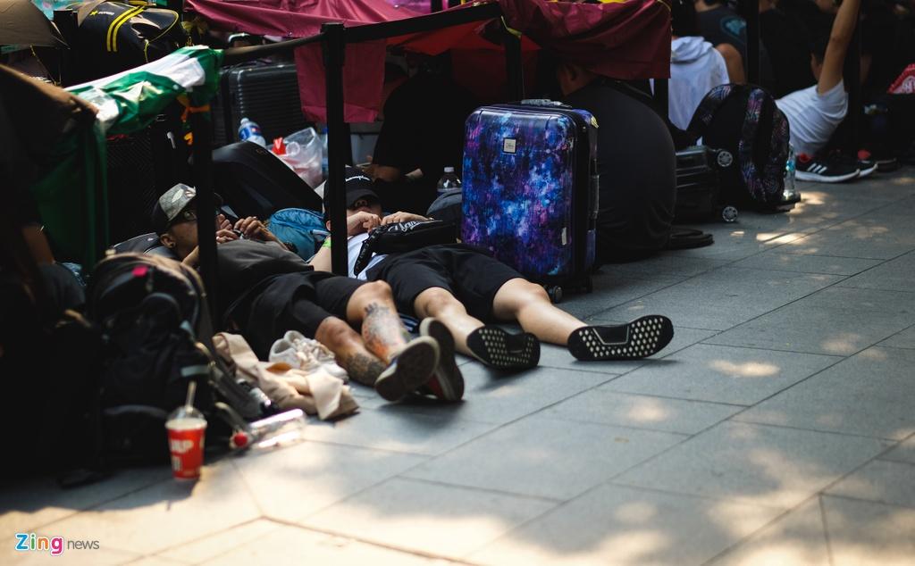 Nhieu nguoi VN doi nang, an ngu va vat cho mua iPhone moi o Singapore hinh anh 6