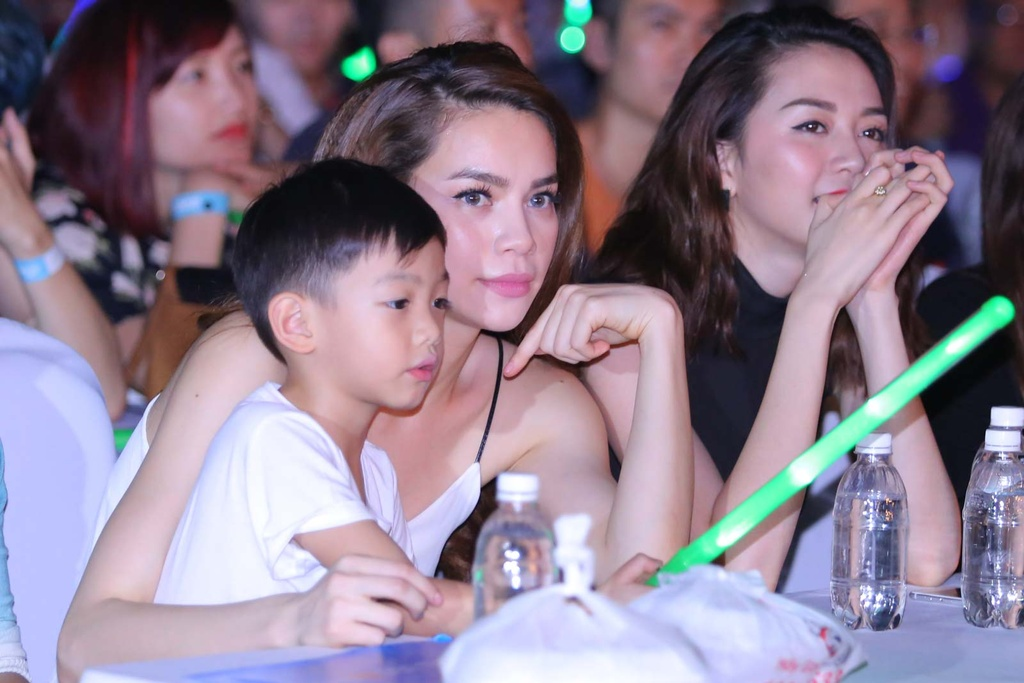 Thieu Bao Tram toi xem live show cua Son Tung hinh anh 9 Hồ Ngọc Hà đưa con trai là bé Su Beo tới dự live show đầu tiên của Sơn Tùng M-TP.