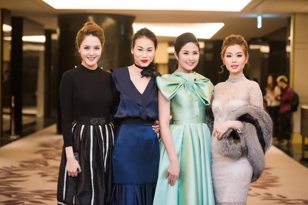 Thanh Hang dien ao vest goi cam du tiec o Ha Noi hinh anh 6