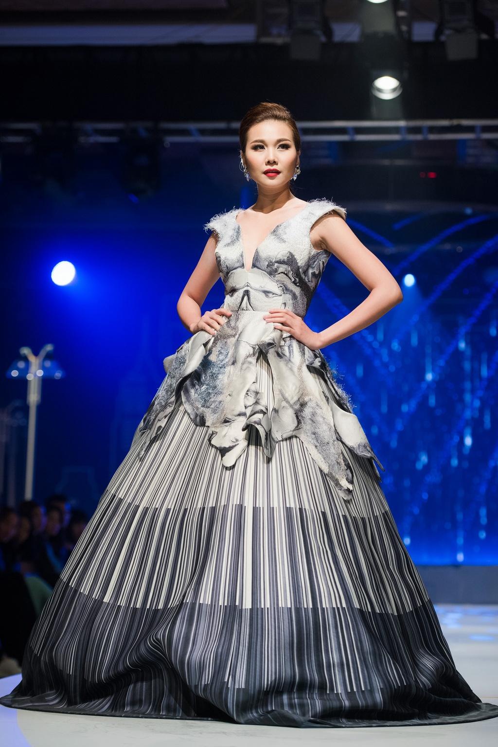 Thanh Hang dien ao vest goi cam du tiec o Ha Noi hinh anh 5