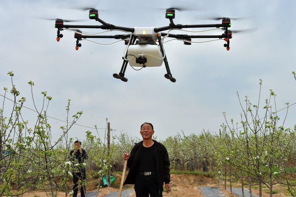 Nong dan Trung Quoc om mong doi doi nho drone hinh anh 2