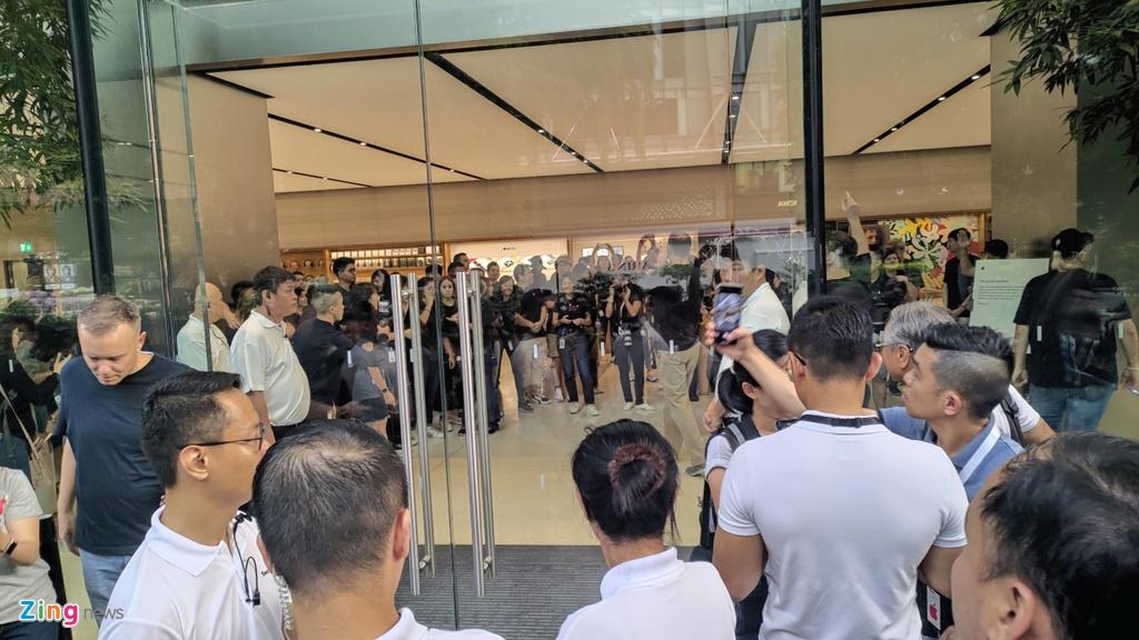 bat nhao sang tay iphone 11 truoc cua apple store