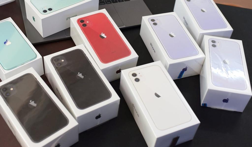 Hon 15 trieu dong, nen mua iPhone 11 lock hay iPhone XR chinh hang? hinh anh 1