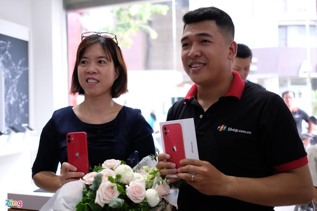 iPhone 11 chinh hang ban o Viet Nam, gia may xach tay cham day hinh anh 2