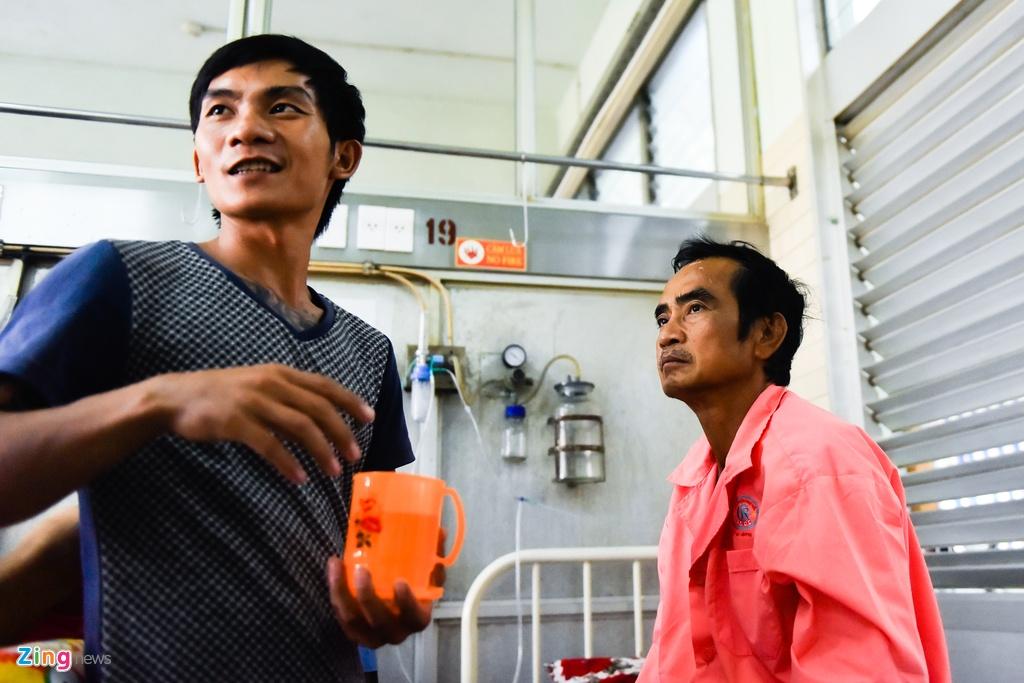 Ong Huynh Van Nen da hoi phuc va di lai sau tai nan hinh anh 4