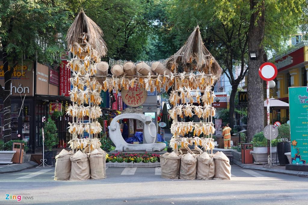 Đường sách Nguyễn Văn Bình (quận 1) không một bóng người.