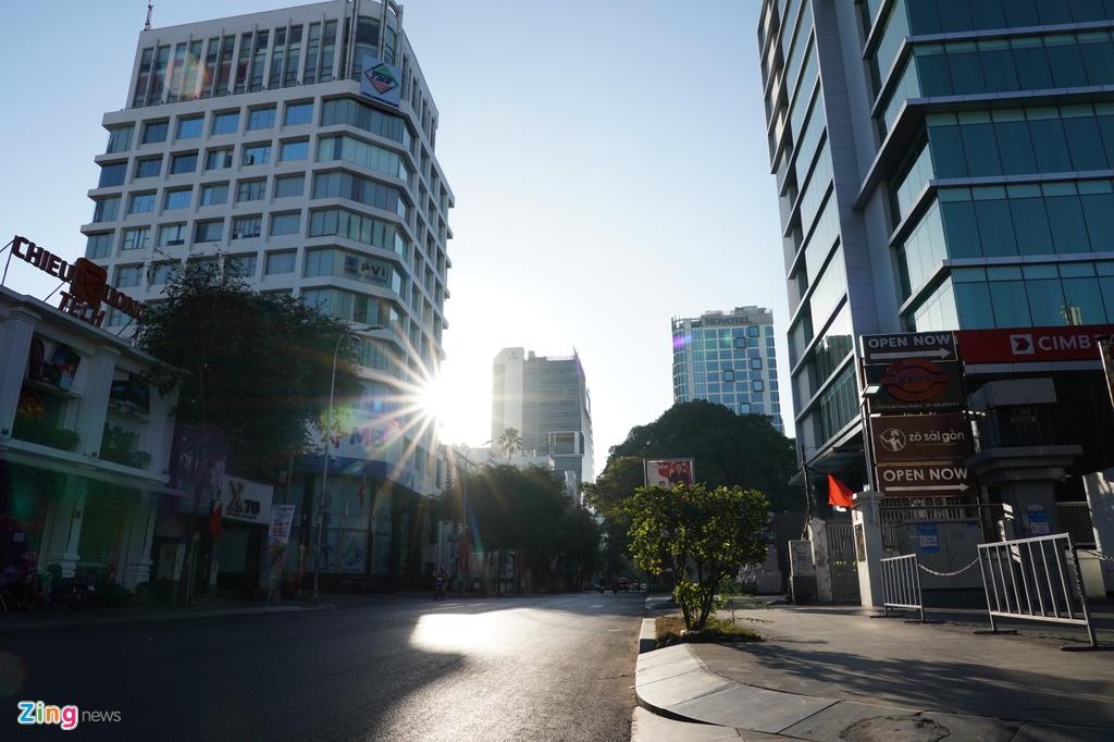 Góc đường Hai Bà Trưng (quận 3) im lìm vào buổi sáng thay vì tiếng còi xe inh ỏi hay văng vẳng âm thanh rao vặt của người bán hàng.