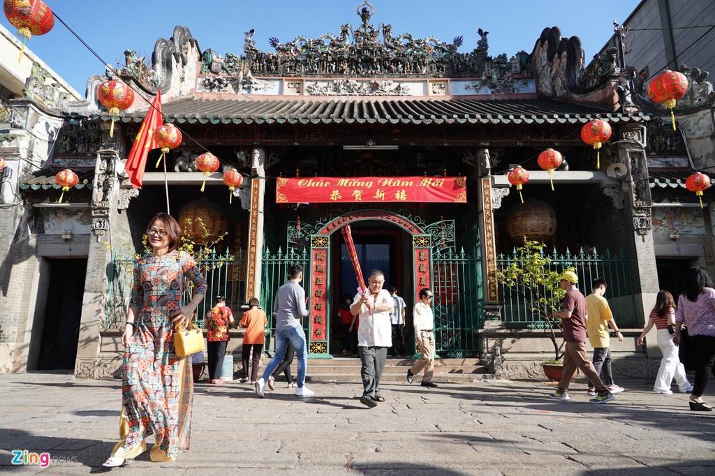Chùa Bà Thiên Hậu hay còn gọi là chùa Bà Chợ Lớn (trên đường Nguyễn Trãi, quận 5, TP.HCM), là một trong những ngôi chùa tồn tại lâu đời nhất tại thành phố với hơn 200 tuổi. Sáng mùng 1 Tết (25/1), nơi này thu hút hàng nghìn người đến làm lễ.