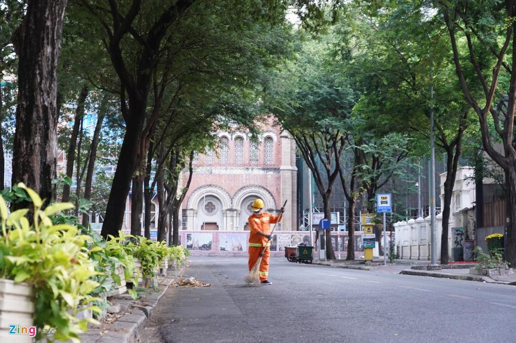 Anh Tuấn, một công nhân quét rác trên đường Hàn Thuyên (quận 1) lặng lẽ bắt đầu công việc từ sáng sớm.