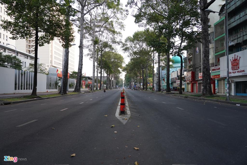 Các hàng quán trên đường Trần Hưng Đạo (quận 1) đều đóng cửa nghỉ làm việc.