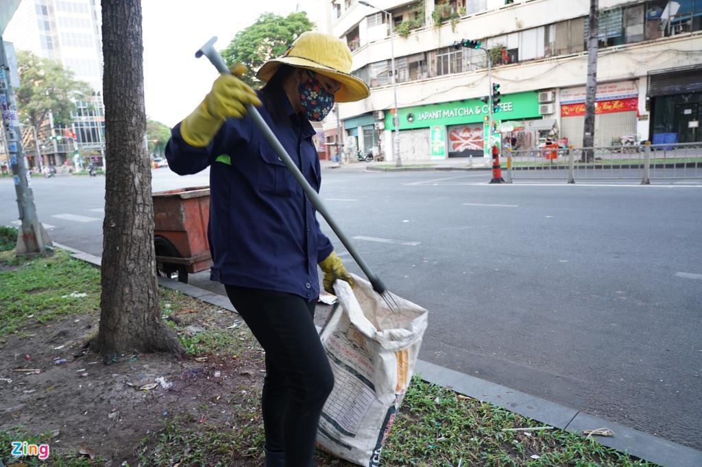 Chị Ngân (ngụ quận 6) là nhân viên quét đường cho biết đường phố vắng vẻ nhưng rác vẫn nhiều vì một số người để lại sau đêm giao thừa.