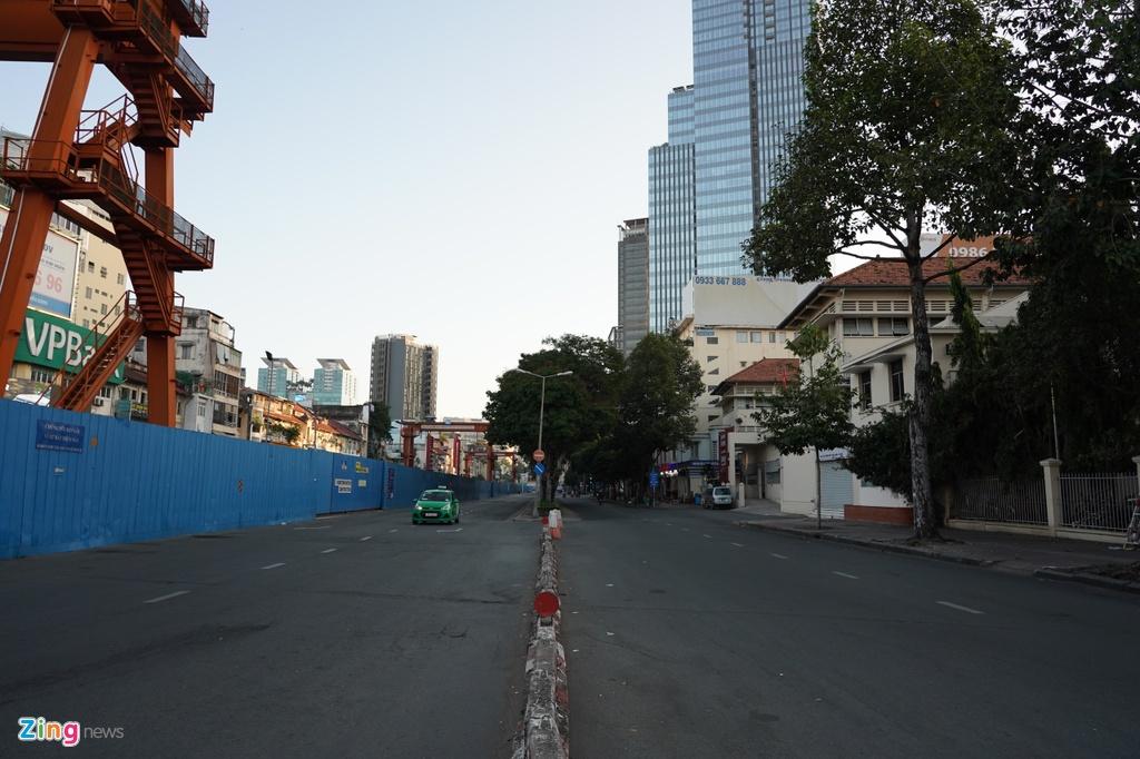 Trước khi TP.HCM trở lại xô bồ, náo nhiệt thường thấy, người dân thành phố chạy xe chậm rãi trên đường Lê Lợi (quận 1), tận hưởng không gian yên bình những ngày đầu năm.