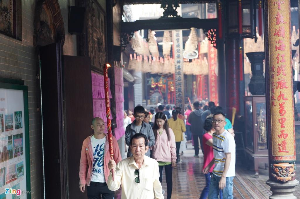Hơn 12h cùng ngày, chùa Bà Thiên Hậu vẫn đông nghịt người đến lễ cúng.
