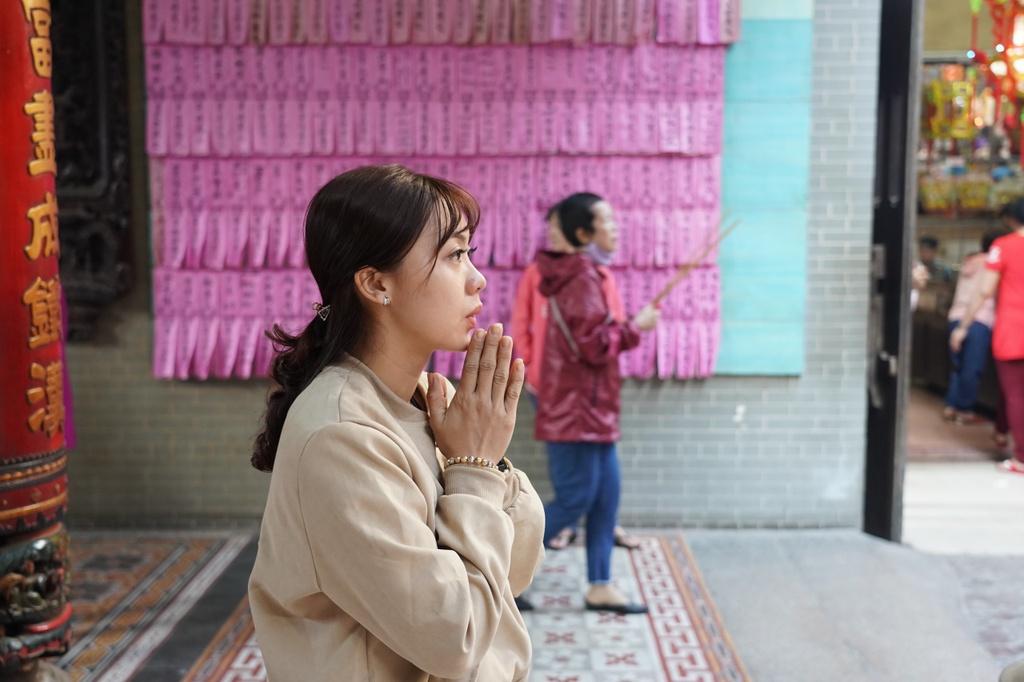 Chị Tiến (ngụ quận Tân phú) cho biết đi cùng người yêu đến chùa Bà Thiên Hậu để cầu mong năm mới thuận lợi trong công việc.