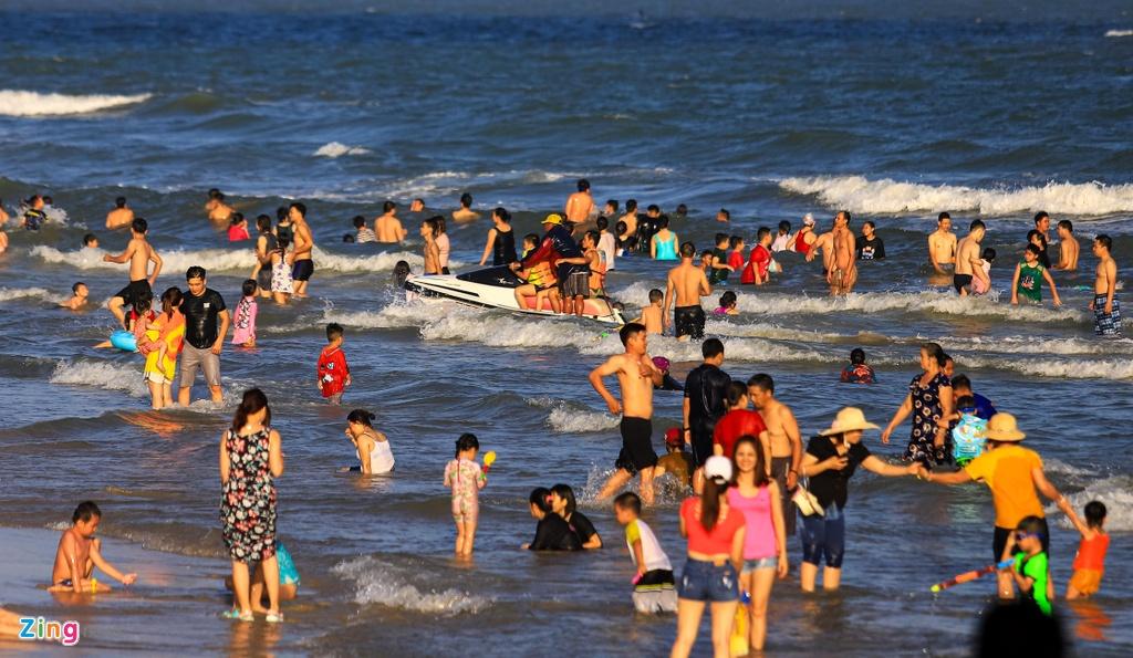 Biển Vũng Tàu hút hàng nghìn du khách tắm sớm ngày mùng 3 Tết