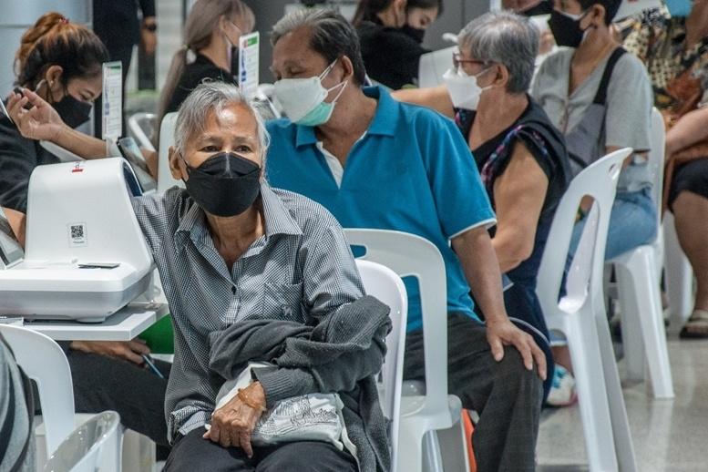 Người cao tuổi tại Thái Lan đo huyết áp trước khi tiêm chủng ngừa Covid-19. Ảnh:Sipa.