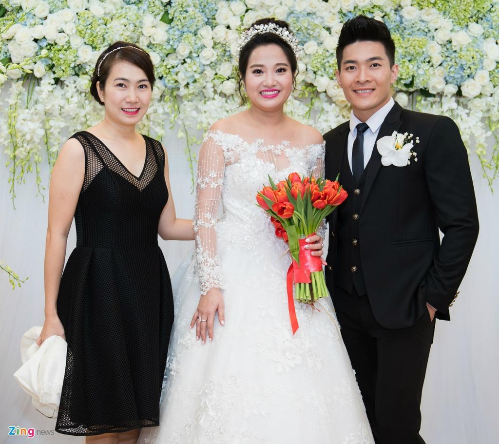 Lan Khue va dan MC du tiec cuoi Hong Phuong hinh anh 5