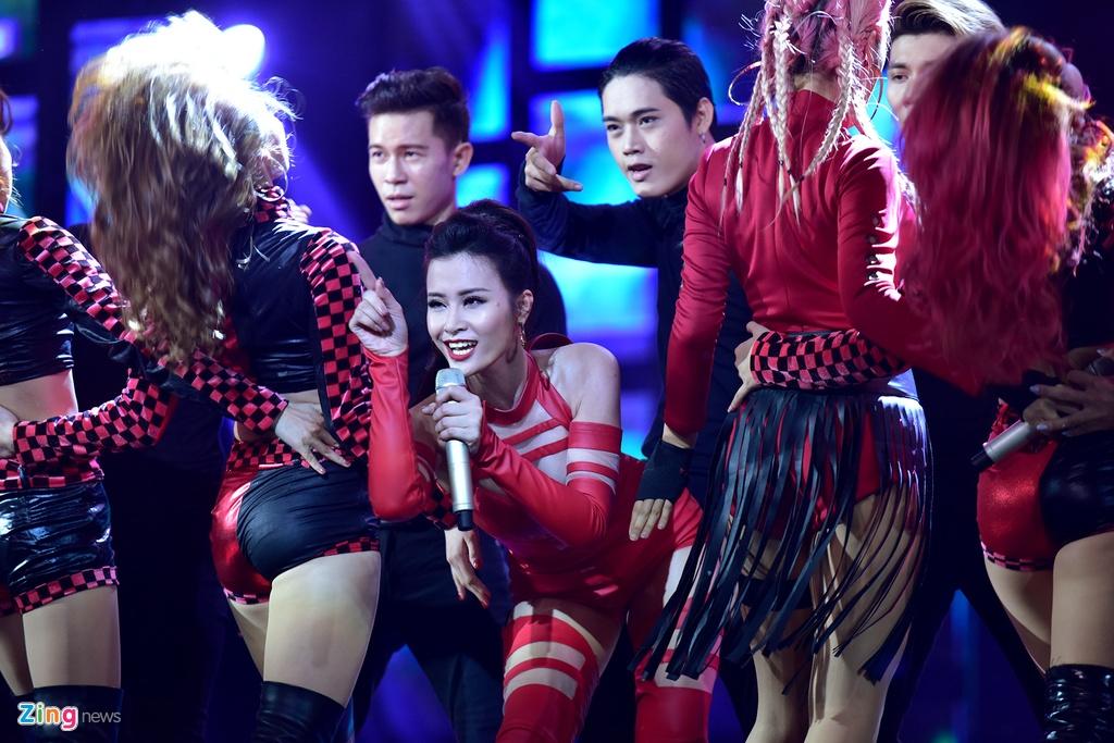 Dong Nhi quyen ru, Isaac nhay sung o giai HTV Awards hinh anh 3