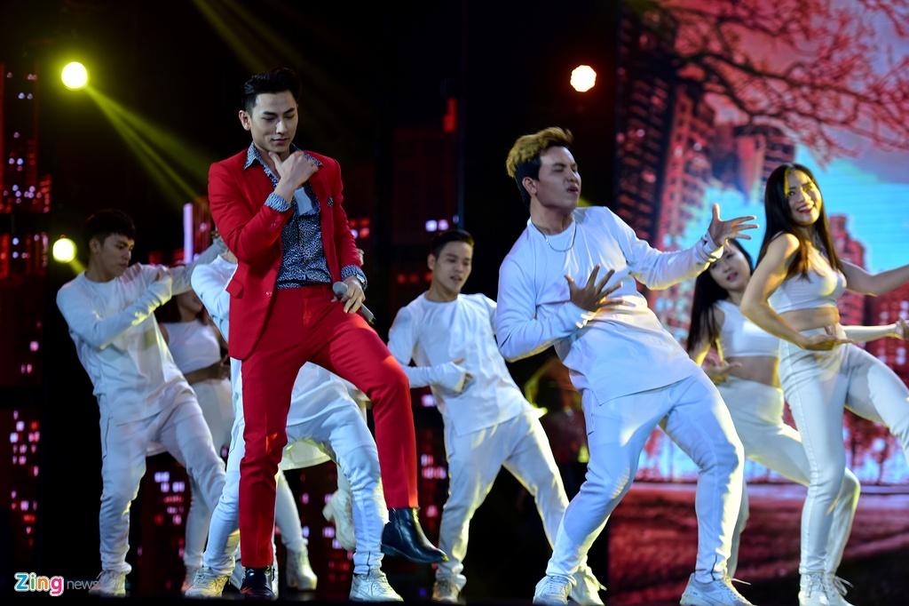 Dong Nhi quyen ru, Isaac nhay sung o giai HTV Awards hinh anh 4
