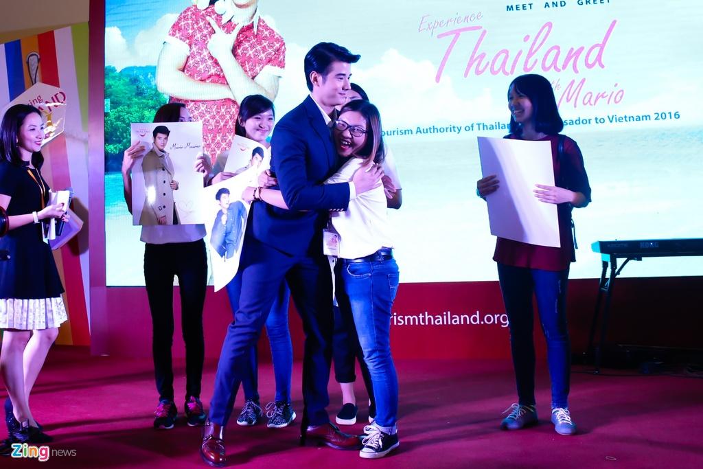 Fan Viet sung suong duoc Mario Maurer om hinh anh 8