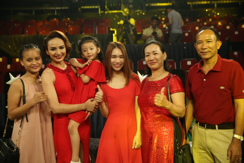 Fan mang qua o que len Sai Gon tang Phi Nhung hinh anh 11
