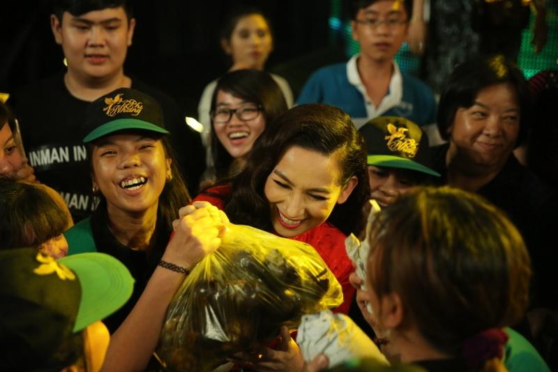 Fan mang qua o que len Sai Gon tang Phi Nhung hinh anh 2