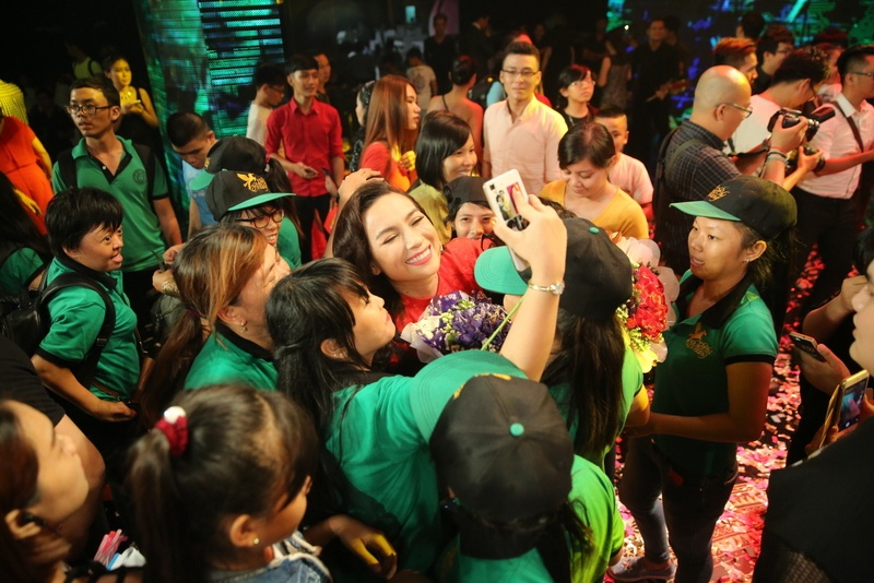 Fan mang qua o que len Sai Gon tang Phi Nhung hinh anh 3