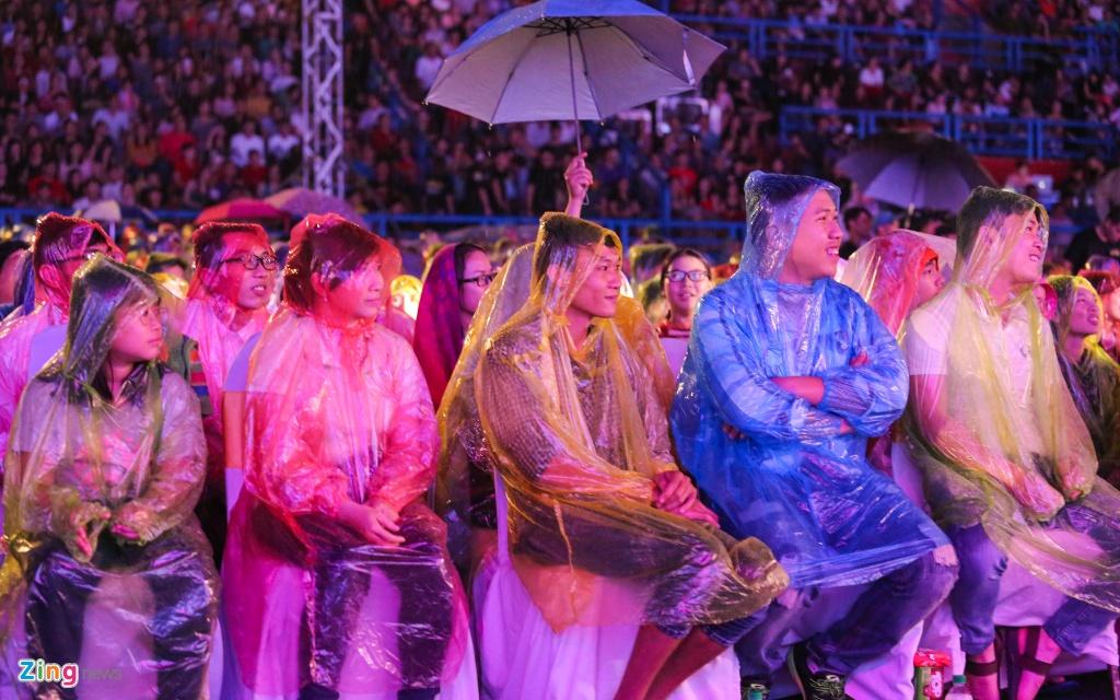 Viet Huong khoc vi hang chuc nghin khan gia dam mua xem show hinh anh 8